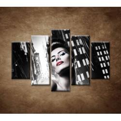 Obrazy na stenu - Sexi žena v meste - 5dielny 150x100cm